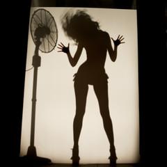 Donna in movimento in silhouette