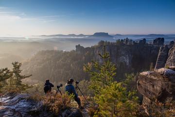 Fotografen im Elbsandsteingebirge zum Sonnenaufgang
