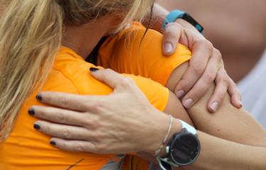 giovani atlete si abbracciano dopo una competizione sportiva