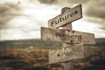 In de dag Weg in bos Future, present, past signpost. Nature, adventure, message, text, quote concept.