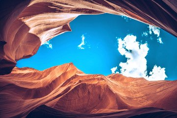 Foto auf Acrylglas Hochrote Lower Antelope Canyon frog view with blue sky