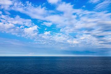 il colore blu del mare e del cielo con nuvole