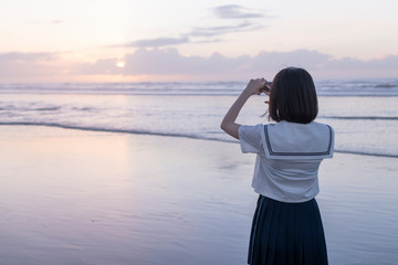 女子高生 海 写真を撮る 輝き