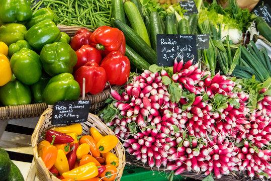 des légumes sur un marché : poivrons radis courgettes