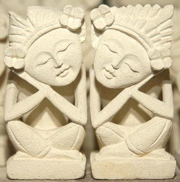 sandsteinfiguren in traditioneller herstellung aus sandstein auf der insel bali