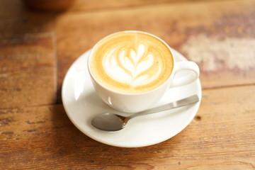 秋のカフェのカプチーノ