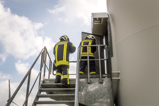 Feuerwehrmänner an einer Windkraftanlage
