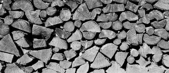 Poster de jardin Texture de bois de chauffage Hintergrund Holzscheite gestapel - Brennholz - Ofenholz schwarz weiß