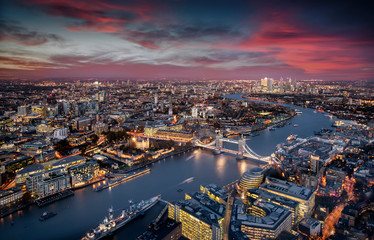 Fotomurales - Blick über London: die beleuchtete Skyline von der Tower Brücke entlang der Themse zu den Wolkenkratzern von Canary Wharf am Abend