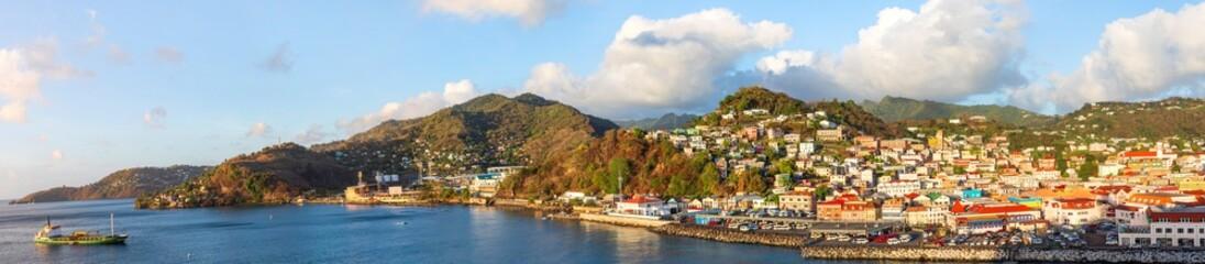 Grenada mit Blick auf St. George's die Hauptstadt des Inselstaates Grenada in der Karibik, Panorama.