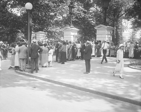 People gather at gates of the White House to pay a last tribute to Calvin Coolidge, Jr. The