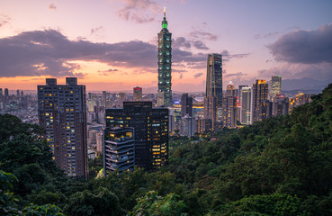 Fotomurales - Arrival view of Taipei cityscape view from the elephant mountain(Xiangshan) with sunset Twilight background