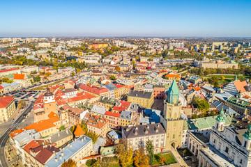 Lublin - wieża Trynitarska i stare miasto - widok z lotu ptaka. Krajobraz miasta z powietrza.