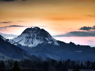 Vue sur la montagne du Moléson au soleil couchant, Fribourg, Suisse