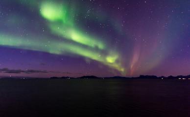 Foto auf AluDibond Aubergine lila Nordlicht Nordlichter