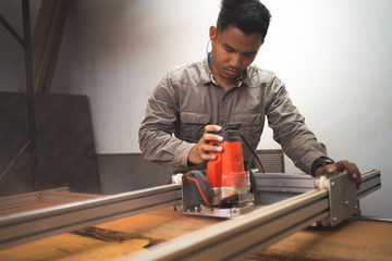 Professional technicians are using saws. Adjust the flatness of the wood