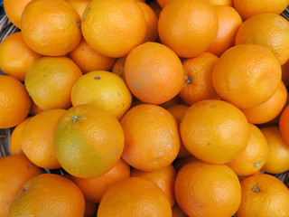 heap of oranges in a reed basket at the grocery