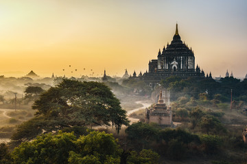 Fotobehang Bedehuis Scenic sunrise above Thatbyinnyu temple in Bagan, Myanmar