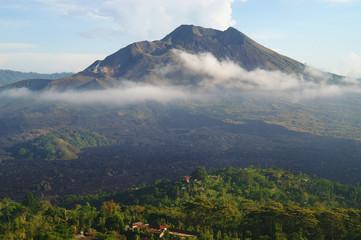 Der Vulkan Gunung Batur auf der Insel Bali morgens im Dunst vom Kraterrand aus aufgenommen