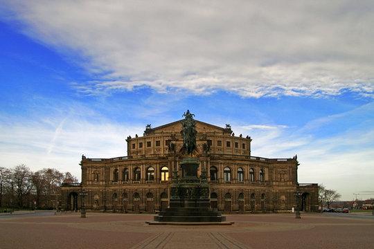 Semperoper Dresden und Theaterplatz ohne Menschen