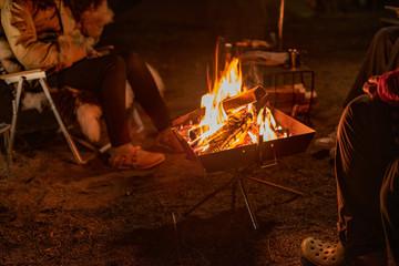 Tuinposter Kamperen 仲間と焚き火