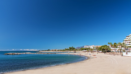 Marbella Strand und Wellenbrecher