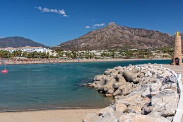 Wellenbrecher und Strand in Marbella