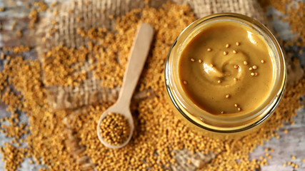 In de dag Cafe Natural mustard in a jar. Grains of mustard. Homemade mustard. Organic mustard. Selective focus. Macro.