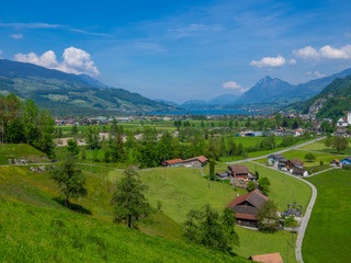 Dorf Giswill mit Blick auf die Alpen