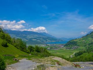 Sarnersee in der Schweiz, See mit Dorf Giswill und Bergen