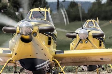 avionetas cisterna de lso bomberos preparandose para el despegue Fototapete