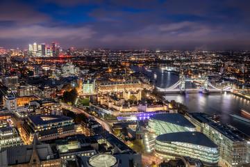 Fotomurales - Luftaufnahme von London am Abend: von der Tower Bridge entlang der Themse bis zum Finanzzentrum Canary Wharf