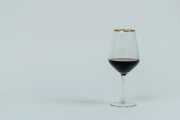 Fototapeta Kieliszek do wina pozłacany białe tło obraz