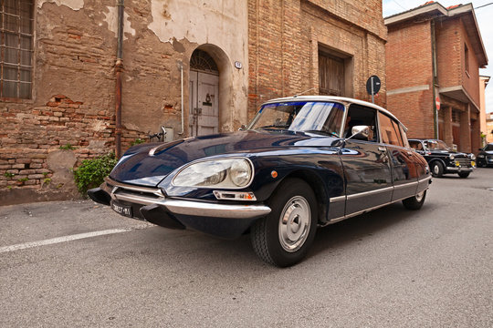 vintage French car Citroen DS 21 Pallas