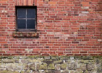 Alte Hauswand aus Ziegeln mit Fenster