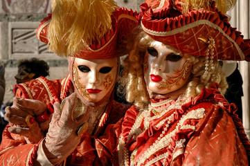 portrait d'un couple de femme costumé d'orange au carnaval de Venise en Italie