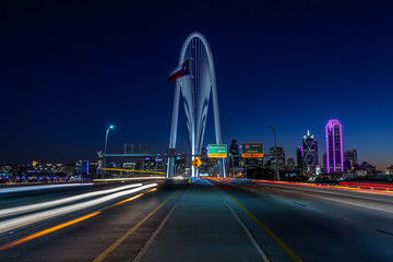 In de dag Nacht snelweg Dallas skyline w/traffic at night