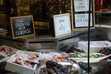 Vetrina di un ristorante Genovese che espone del pesce