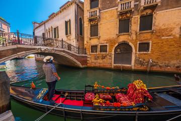 Foto op Aluminium Gondolas Empty gondola in Venice canal at sunny day