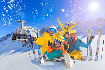 Fototapete - Happy family enjoying winter vacations in mountains . Ski, Sun, Snow and fun.