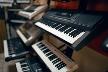 Fotorolgordijn Muziekwinkel Digital synthesizers on showcase in music store
