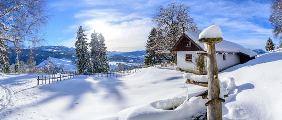 Wall Mural - Pittoreske Landschaft mit verschneiter Tränke im Allgäu