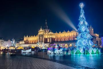 Foto op Aluminium Krakau Nocny widok na Rynek Główny w Krakowie z choinką i Sukiennicami, Polska
