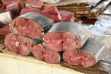 Thunfisch Fisch Thunfischfleisch Souq Fischmarkt  Markt Fischfleisch Rohfisch geteilt Querschnitt zerteilt Angebot Fleisch frisch schlachten geschlachtet Essen Cholesterin cholesterinarm Schlachterei