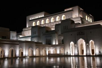 Opernhaus Oman Muscet Royal Opera House ROHM Baustil Sultan Qabus Fassade Kalkstein omanischer Architektur Oper Marmor Nacht Nachtaufnahme Gesamtansicht Beleuchtung Besichtigung Öffnungszeiten Top10