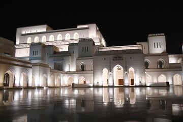 Opernhaus Muscat Oman Royal Opera House ROHM Baustil Sultan Qabus Fassade Kalkstein omanischer Architektur Oper Marmor Nacht Abend Nachtaufnahme Gesamtansicht Beleuchtung Programm Öffnungszeiten Top10