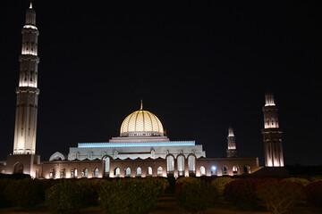 Moschee Oman Muscat Minarett Sultan Qabus Qaboos Kuppel Islam Kupfer Zentralmoschee Hauptmoschee Omanische Glauben Religion Große 5 fünf Säulen Muslime Sandstein Muskat Gebetshaus Reisen Top 10