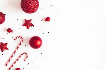 Christmas composition. Red decorations on white background. Christmas, winter, new year concept. Flat lay, top view, copy space Fotomurales