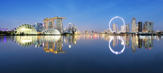 Fotomurales - Panoramic image of Singapore skyline at night.