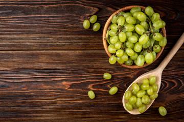 Green grape on dark wooden background. Fototapete